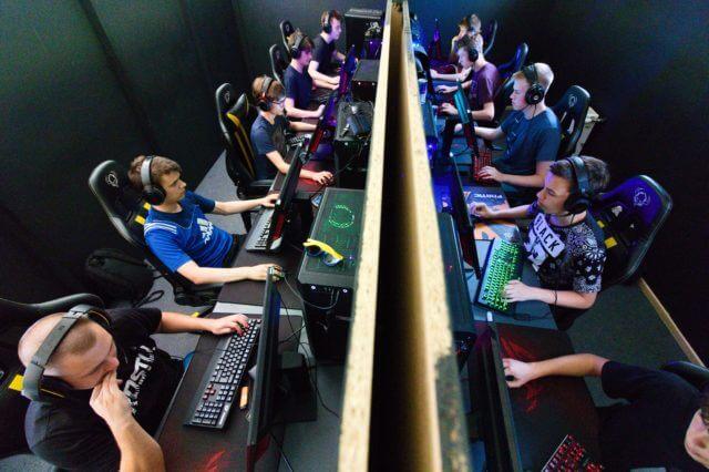 パソコンの前でゲームに熱中する少年達