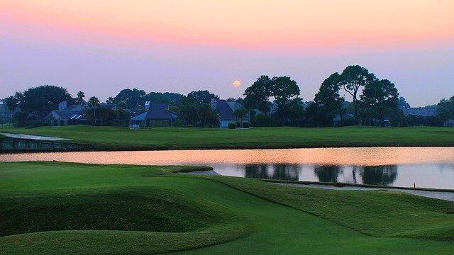 夕日をバックにしたゴルフ場の風景