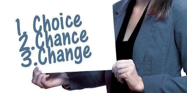 choiceとchangeとかかれたボードを女性が持っている