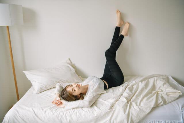 テリちゃんがベッドの上で寝転んでいる