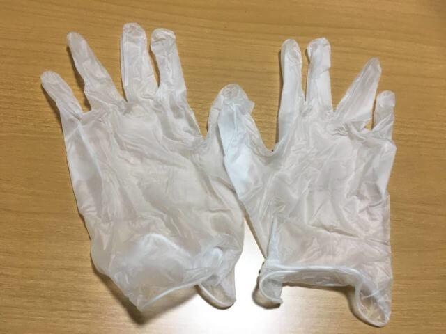 机の上に毛染めの手袋を並べている