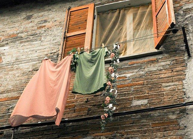 窓の外にTシャツを2枚干している