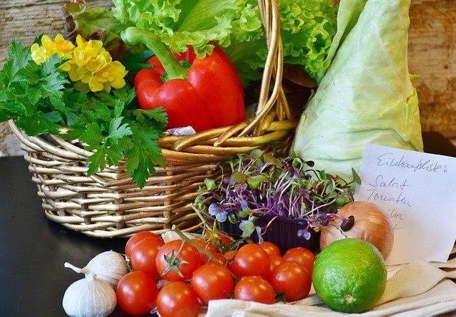 10種類以上の野菜がテーブルの上に並んでいる