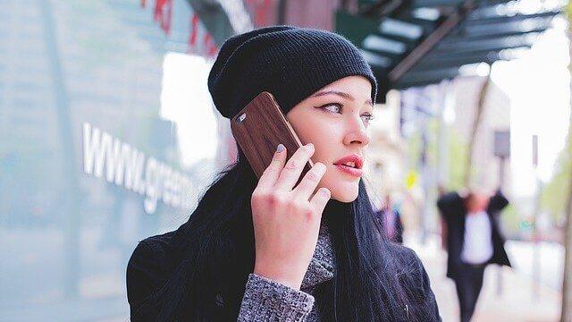 携帯を持つ若い女性