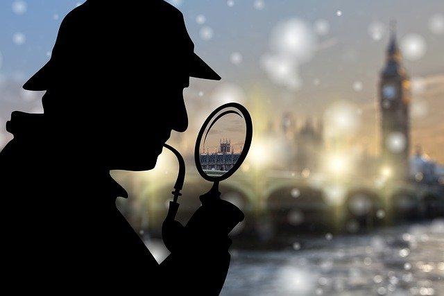雪の降る中、人が調査している