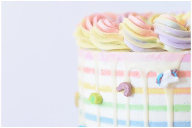 カラフルなクリームがのったかわいいレインボーケーキ