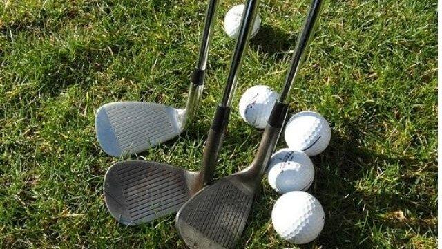 芝生におかれたゴルフボールとゴルフクラブ