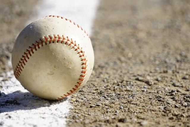 グラウンドに転がる野球ボール