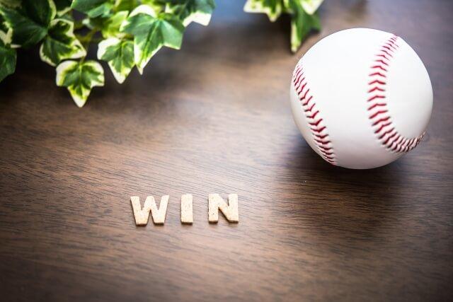 机の上にWINの文字と野球ボール
