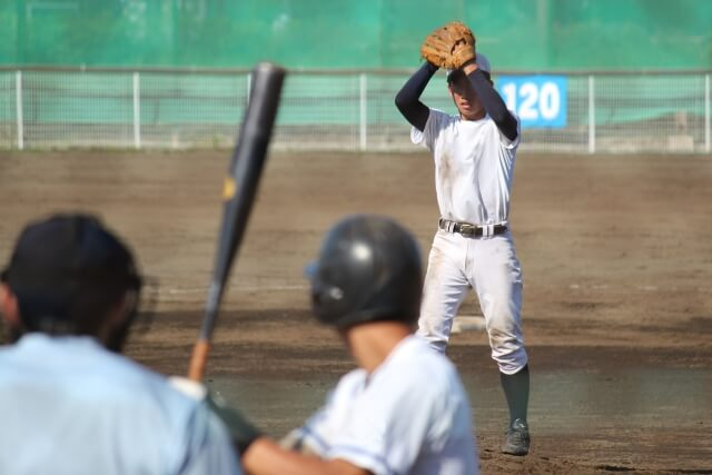 マウンドに立つ高校野球の投手