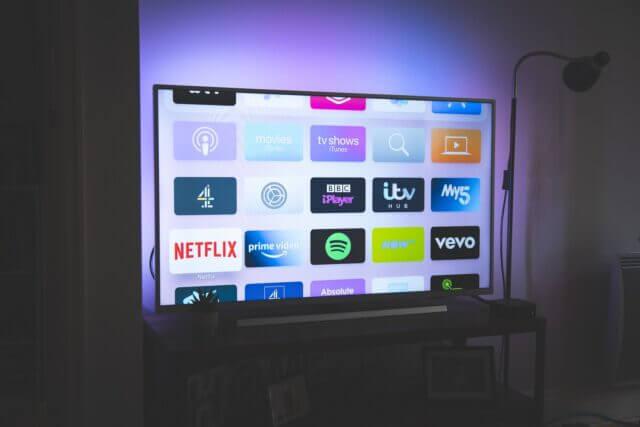 テレビ画面に動画配信サービスのアイコンがのっている