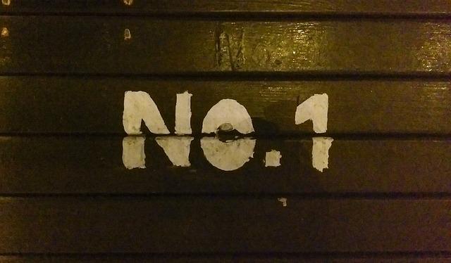 木板にNo.1と書かれている