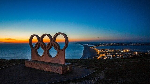 オリンピックのマークと夜景