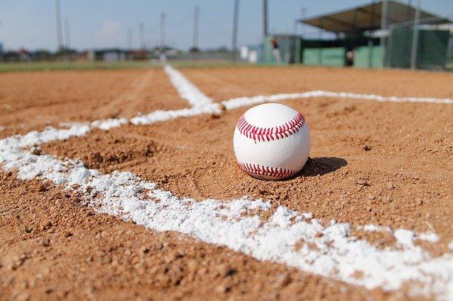 野球場に野球のボールが落ちている