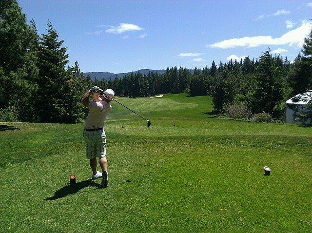ゴルフショットをはなつ男性