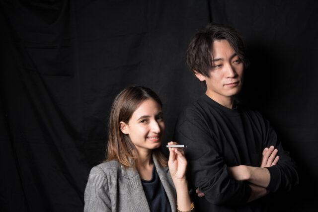 ドクタースティックを吸っている女性と腕を組んでいる男性