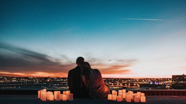 夜景をみるカップル